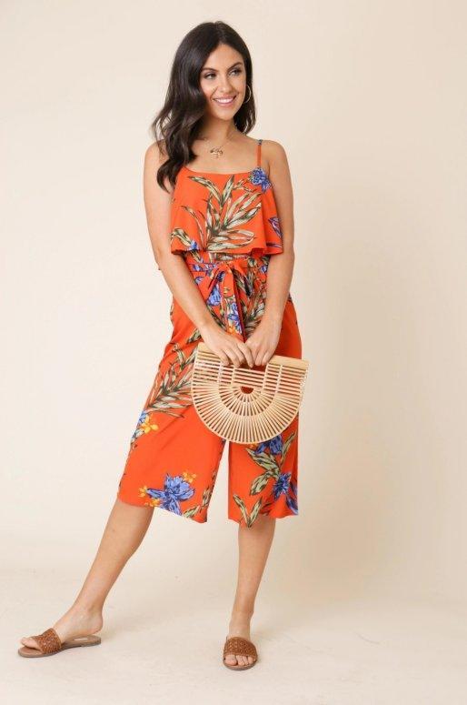 Combinaison orange imprimé tropical, fines bretelles et ceinture à nouer