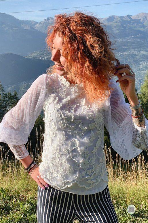 Blouse en dentelle blanche, manches longues transparentes