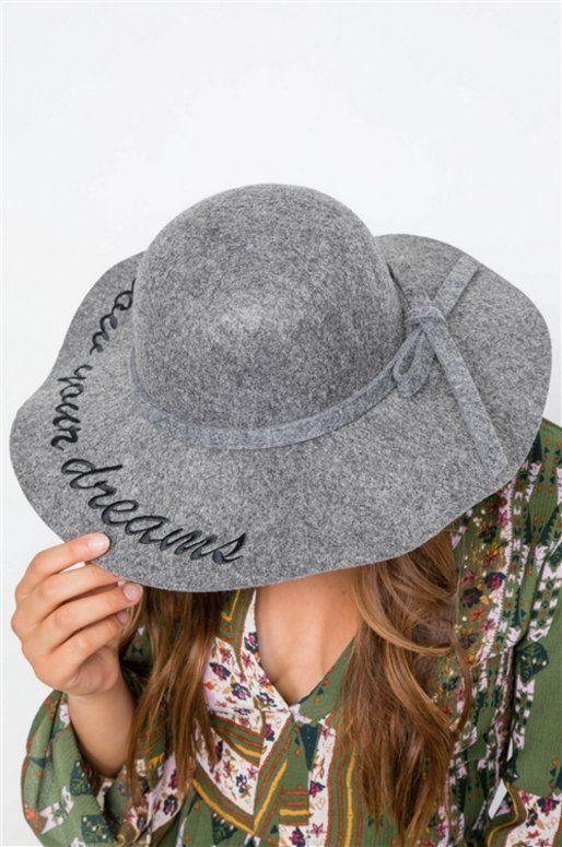 """Chapeau gris avec inscription """"Follow your dreams"""""""