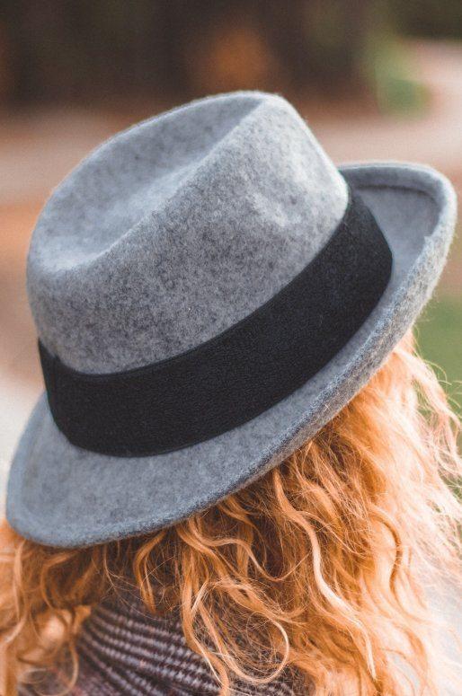 Chapeau gris en laine, bordure noire