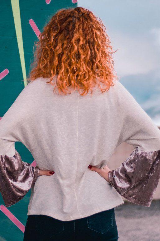 Sweat de couleur ivoire avec détails velours sur les manches