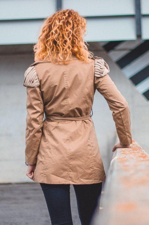 Trench coat beige, détails en mousseline sur les épaules