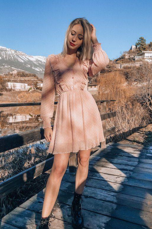 Robe rose à volants, jupe plissée