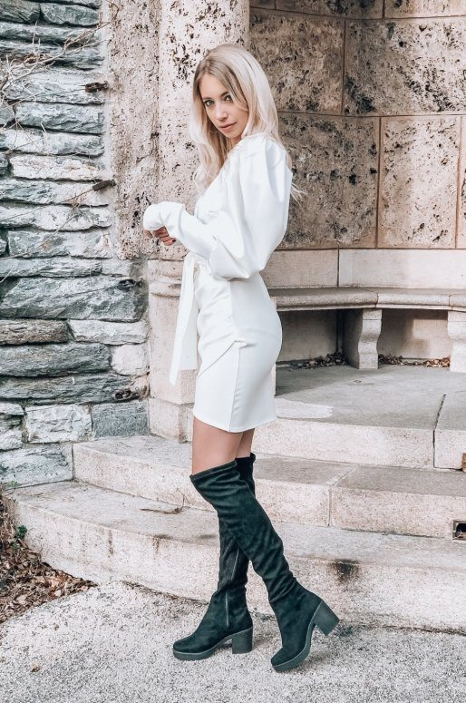 Robe blanche, manches bouffantes