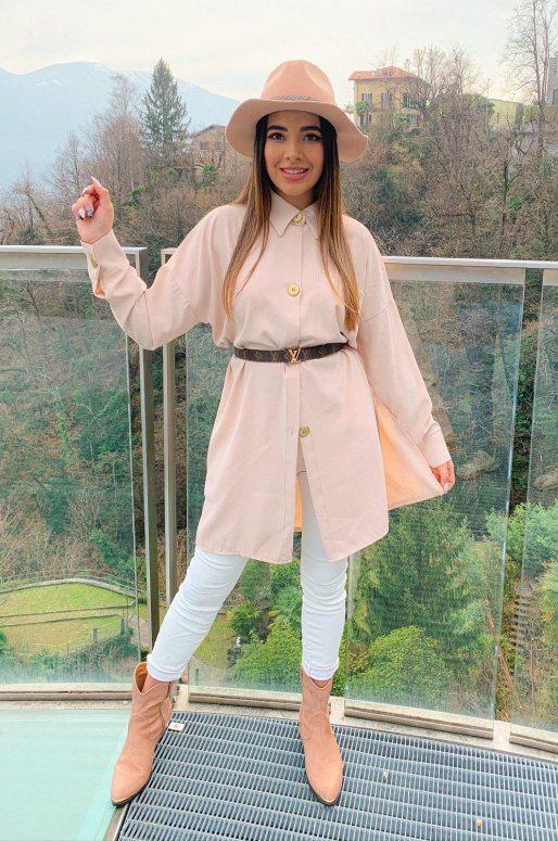 Longue chemise de couleur beige, poche sur la poitrine