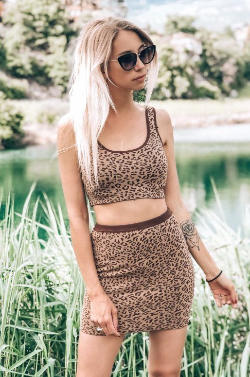 Ensemble débardeur et mini jupe imprimé léopard de couleur marron taupe