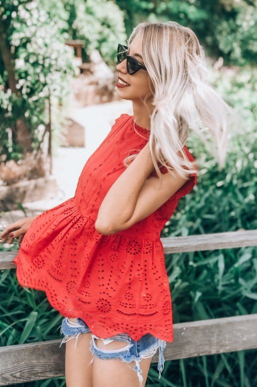 Top rouge en broderie anglaise