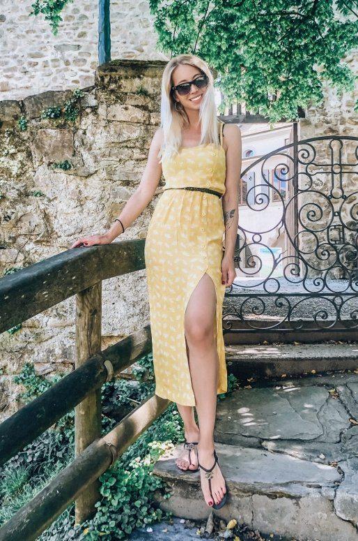 Robe jaune imprimé plumes, encolure carrée