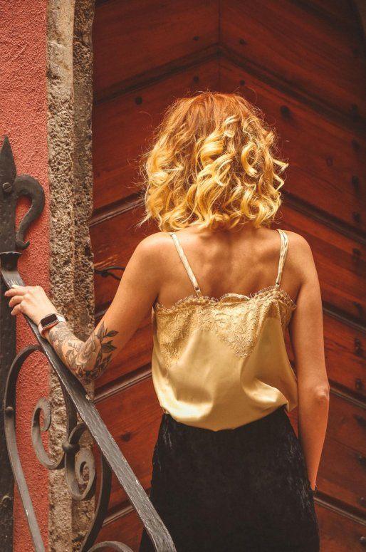 Top jaune doré en satin avec détails en dentelle