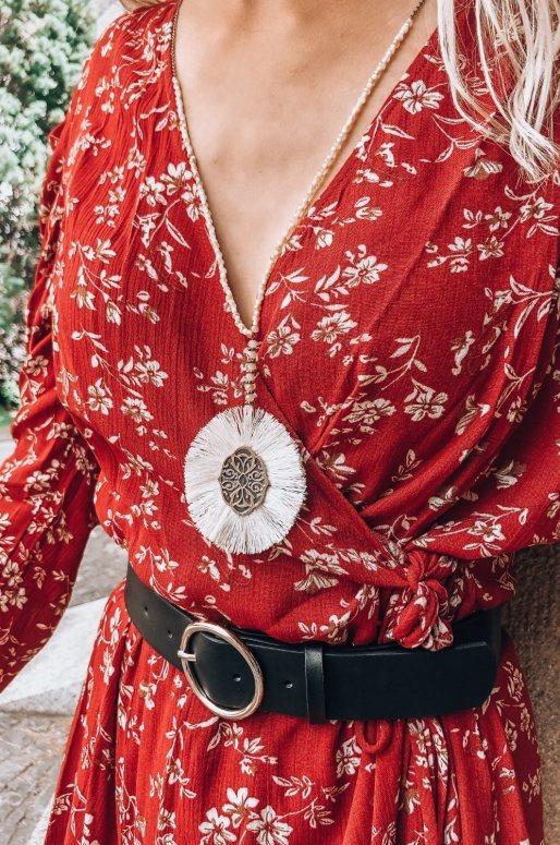 Sautoir en perles d'ivoire et pendentif gravé entouré de franges