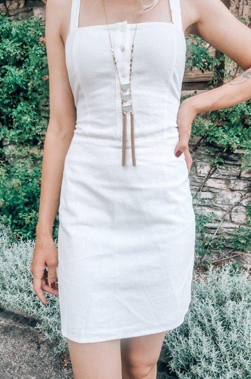 Mini robe de couleur blanche à lacer dans le dos