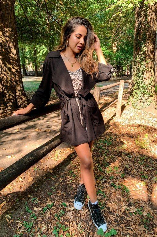 Veste légère de couleur noir, cintrée à la taille