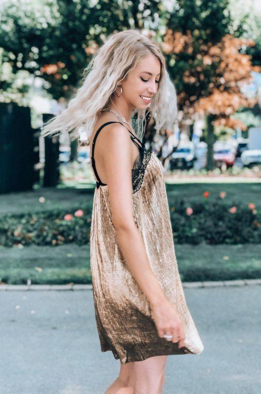 Robe de soirée plissée de couleur or avec décolleté en dentelle