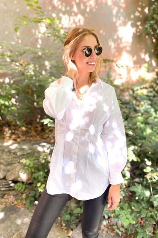 Longue chemise blanche cintrée à la taille