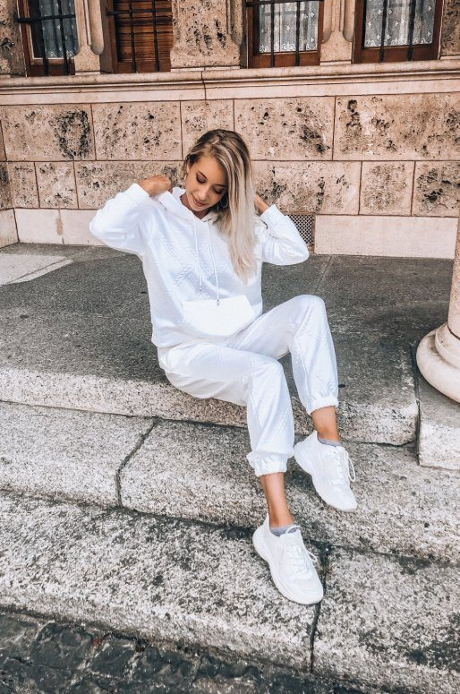 Ensemble sweat et pantalon de couleur blanc