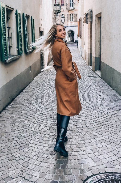 Manteau long de couleur camel