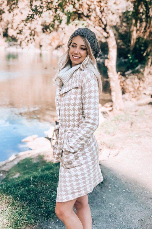 Manteau en tricot de couleur beige, motif pied de poule