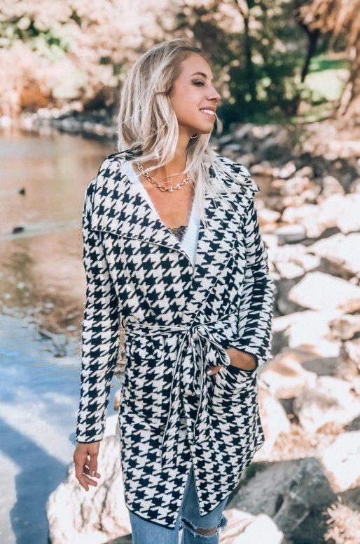 Manteau en tricot de couleur noir, motif pied de poule