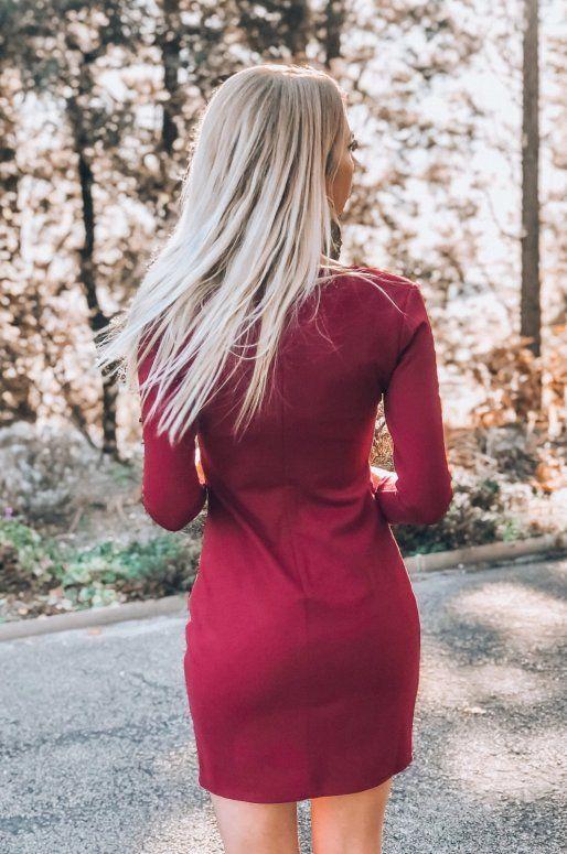 Robe de couleur bordeaux avec ourlet asymétrique