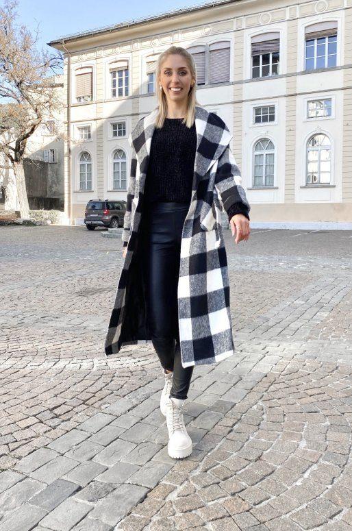 Long manteau noir et blanc à carreaux