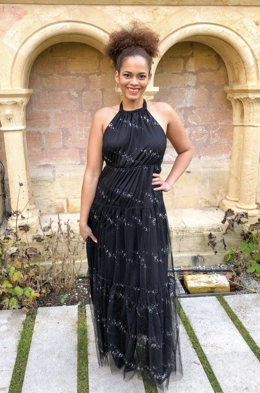Longue robe de soirée noire en tulle ornée de paillettes