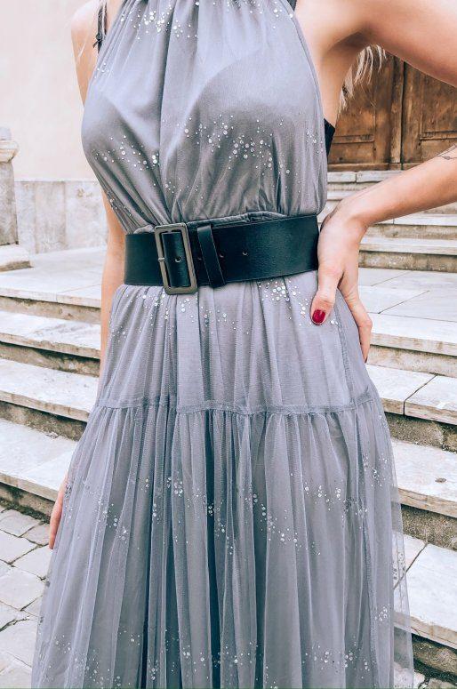 Longue robe de soirée argentée ornée de paillettes