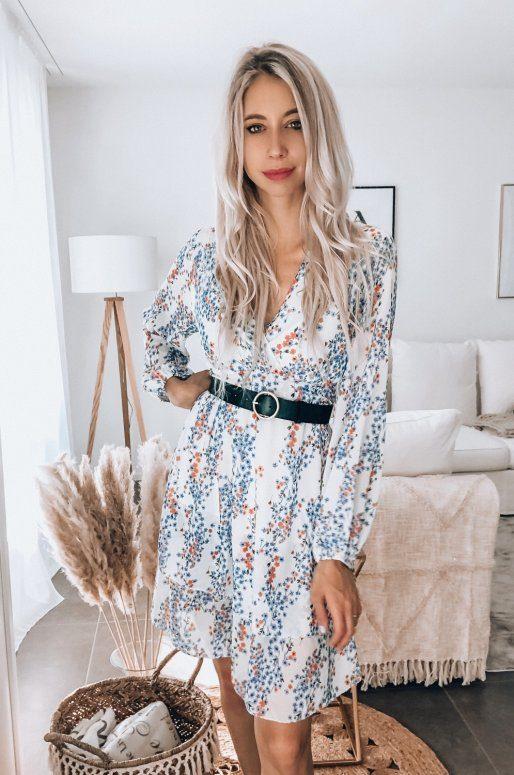 Robe blanche à fleurs, manches longues