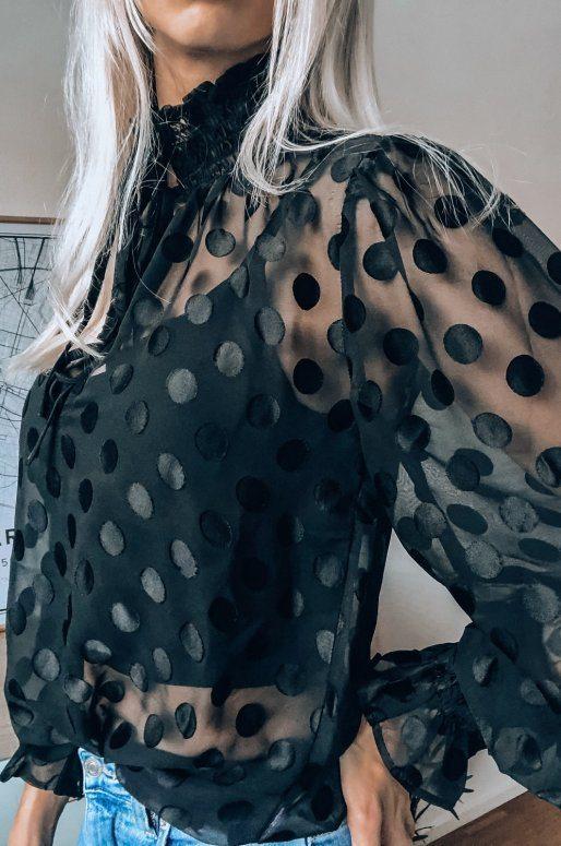 Blouse noire transparente à pois