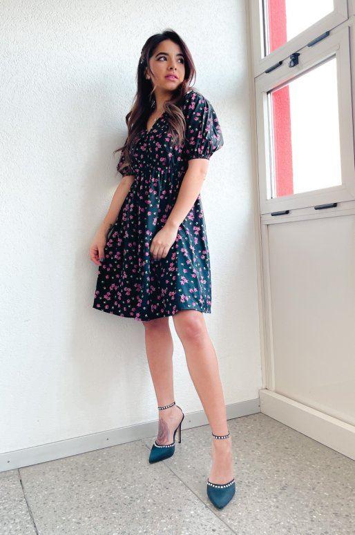 Petite robe noire à fleurs roses
