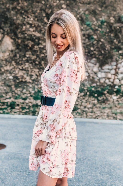 Robe beige à fleurs, dos nu