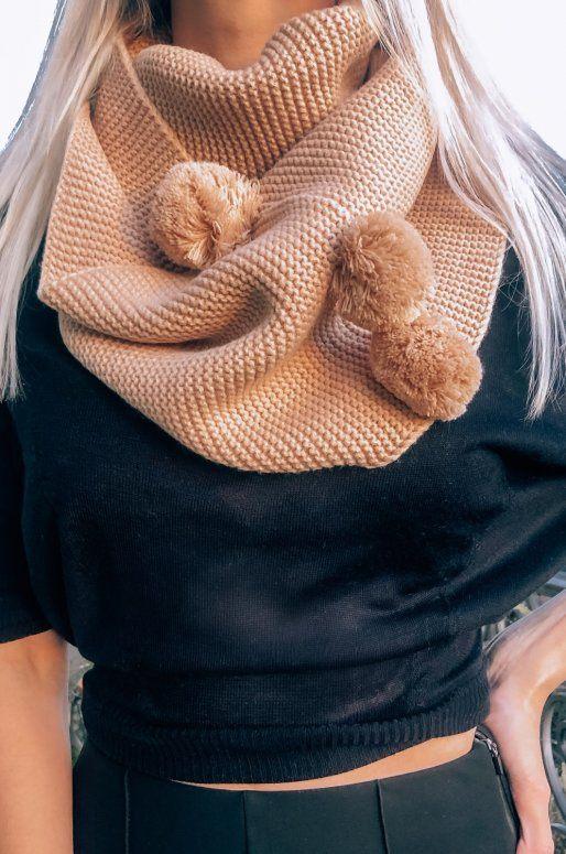 Écharpe en tricot de couleur rose clair avec pompons