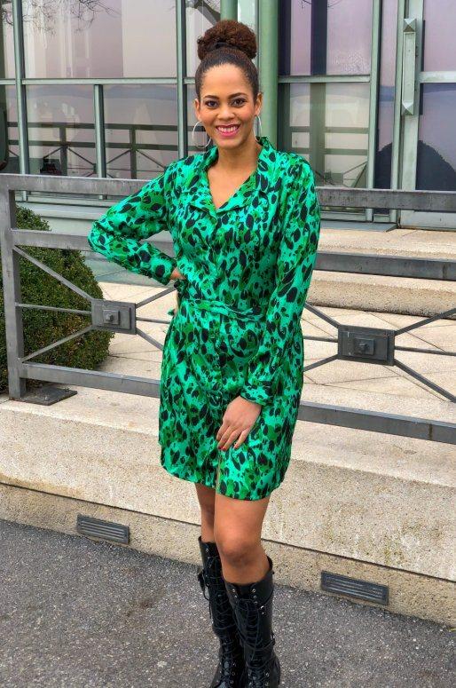 Robe chemise en satin de couleur vert, imprimé animal