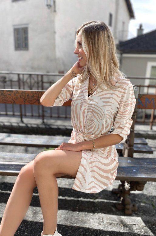 Robe chemise zébrée de couleur beige et blanc
