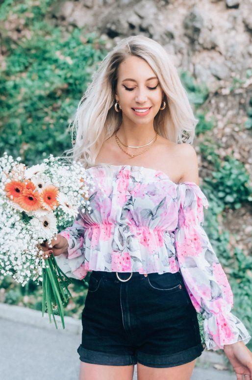 Top rose à fleurs, volants et épaules dénudées