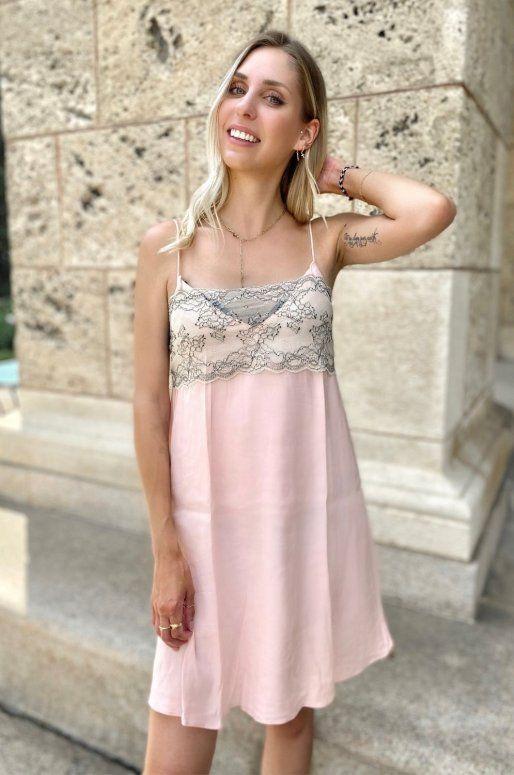 Robe rose à fines bretelles, décolleté en V orné de dentelle