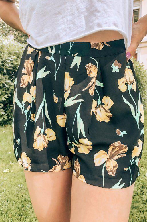 Short noir à fleurs
