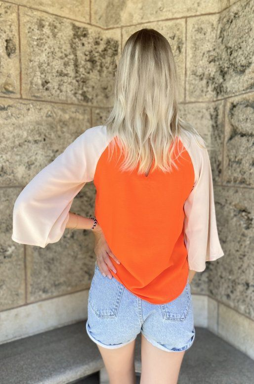 Top manches longues de couleur blanc, beige et orange
