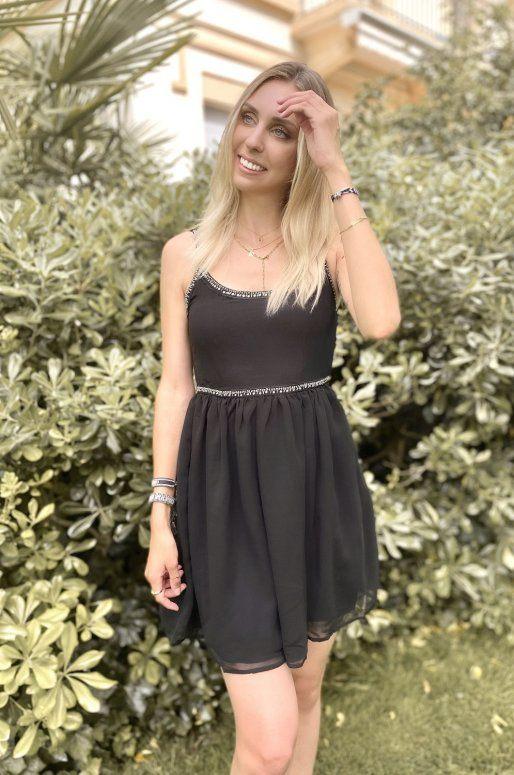 Petite robe noire avec perles brodées