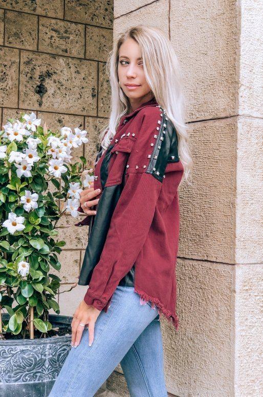 Veste en jean de couleur bordeaux avec clous et détails en cuir